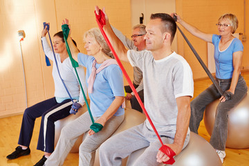 Seniorensport mit Gymnastikband im Fitnesscenter