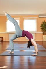 Frau macht Yoga-Übung Chakrasana