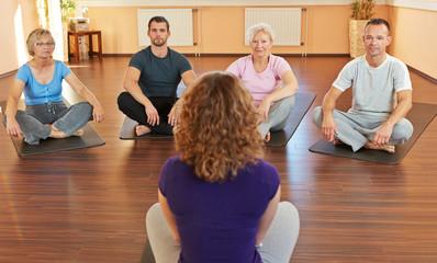 Kursleiter gibt Unterricht im Fitnesscenter