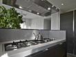 bollitore di acciaio sui fuochi di una cucina moderna