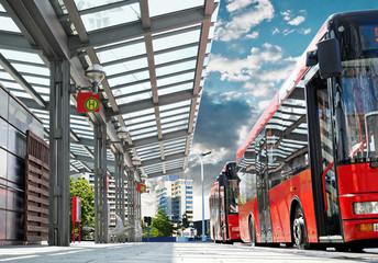 Moderne Bushaltestelle mit Stadtbus - Urban Bus Station