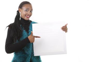 Afrikanerin zeigt auf leeres Plakat