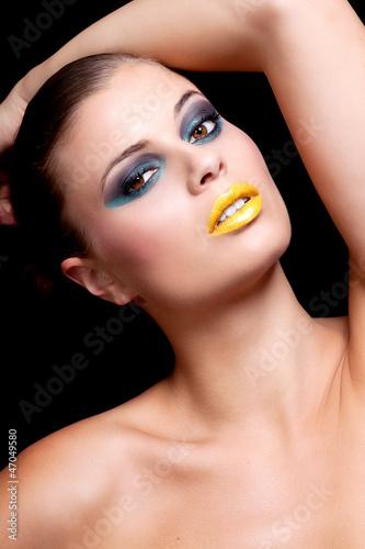 Junge Frau mit extrem makeup mit gelben lippen