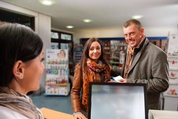 Drogistin mit Kunden
