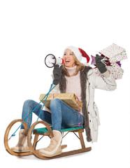 Frau sitzt auf einem Schlitten
