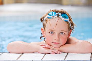 Junge im Schwimmbad
