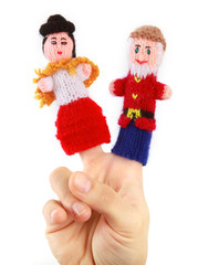 Ein älteres Ehepaar als gestrickte Fingerpuppen