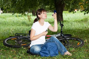 Девушка отдыхает в парке на лужайке