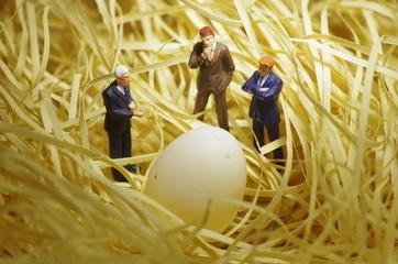 ビジネスマンたちと卵