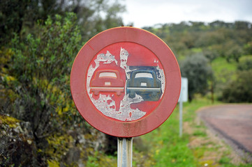 Vieja señal de tráfico, prohibido adelantar