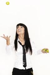 Barkeeperin jongliert mit drei Limetten