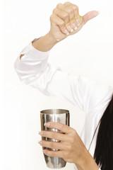 Barkeeperin drückt Limette aus