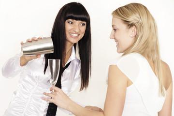 Attraktive Barkeeperin schenkt ein Getränk ein