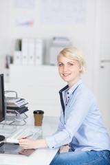 junge frau arbeitet in einer agentur