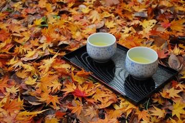 散り紅葉とお茶