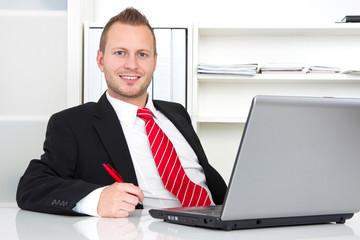 Ansprechpartner männlich im Büro