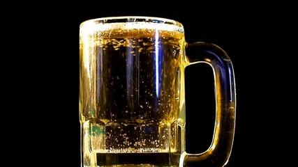 кружка пива на тёмном фоне