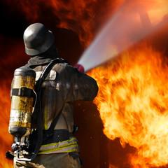 Feuerwehrmann im Löscheinsatz - Brandbekämpfung