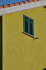 Finestra di una casa gialla