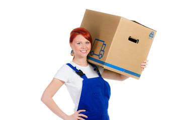 freundliche handwerkerin trägt umzugskarton