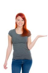 junge frau mit roten haaren streckt handfläche aus