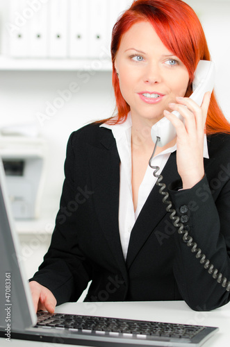 freundliche bürokraft telefoniert