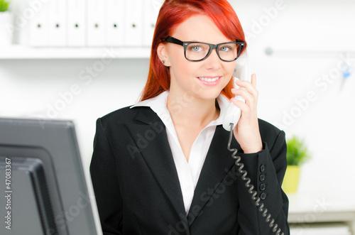 junge bürokraft telefoniert