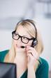 junge geschäftsfrau telefoniert mit headset