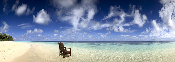 пляж со стулом