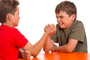 Armdrücken - Kraftprobe zwischen zwei Jungen - Rivalen, Konkurr