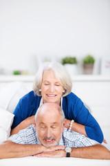 glückliches älteres paar träumt