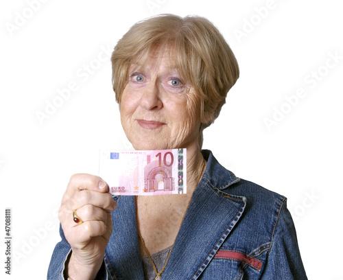 Seniorin zeigt 10 Euro Schein