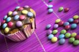 Muffin mit bunten Schokolinsen dekoriert