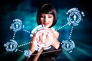 junge Frau mit Interface für soziales Netzwerk
