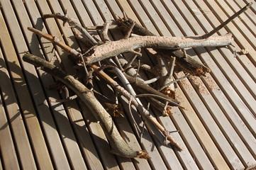 cumulo di sterpaglie su di un parquet in legno