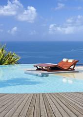 piscine tropicale à débordement, margelle bois