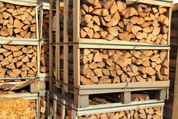 Brennholz auf Paletten