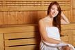 Lächelnde Frau in der Sauna