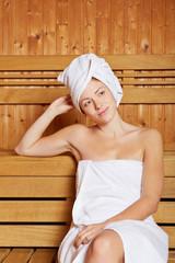 Entspannte Frau in Sauna