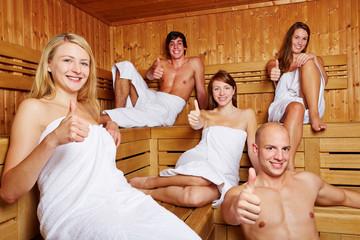 Daumen hoch in gemischter Sauna