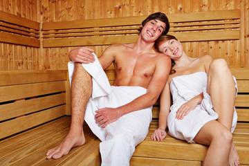 Lachendes Paar in Sauna