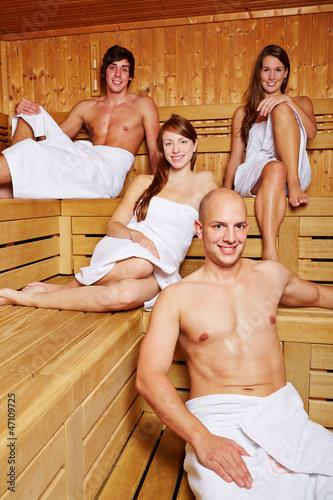Frauen und Männer in Sauna