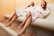 Frauen auf Wärmebank entspannen nach Sauna