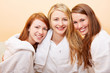 Drei lachende attraktive Frauen