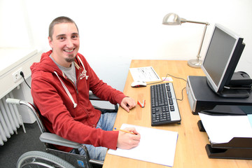 freundlicher Rollstuhlfahrer am Arbeitsplatz