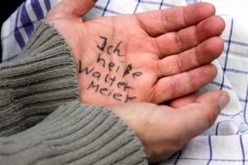 Demenzkranker hat Name auf  Hand geschrieben