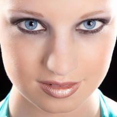 Junge hübsche Frau mit blauen Augen, close Up