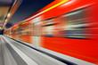 Leinwanddruck Bild - S-Bahn Zug Durchfahrt Bahnhof nachts