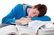 Junger Mann ist beim Lernen eingeschlafen