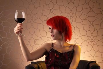 Frau mit Rotwein vor Blumenmuster